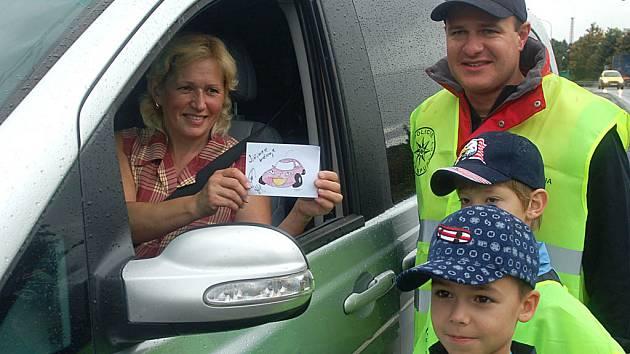 Automobilový závodník Tomáš Enge přidal ke každému usměvavému autíčku svůj podpis.