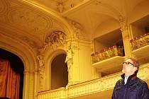Do otevření rekonstruovaného Národního domu zbývá měsíc. Na snímku si prohlíží Jan Motlík velký sál, který už září novotou.