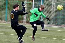 František Nedbalý (vl čereném) opět prokázal své letité fotbalové zkušenosti, když Viktoria porazila Ostrov 1:0.