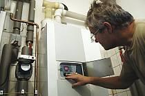 Úředníci doporučují centrální vytápění. Mnozí lidé ale dávají přednost svým kotlům.