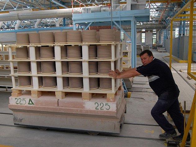 Výroba se znovu rozbíhá. Ve výrobní hale porcelánky v Nové Roli se postupně obnovuje výroba. Pec by měla být spuštěna zítra, lis a některé další stroje už jsou v provozu.