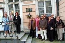 Výročí dvou let od tragického úmrtí Vladislava Jáchymovského, kronikáře, badatele a muzikologa si před jeho pamětní deskou na budově karlovarského muzea připoměli členové Rotary Clubu a další pamětníci.