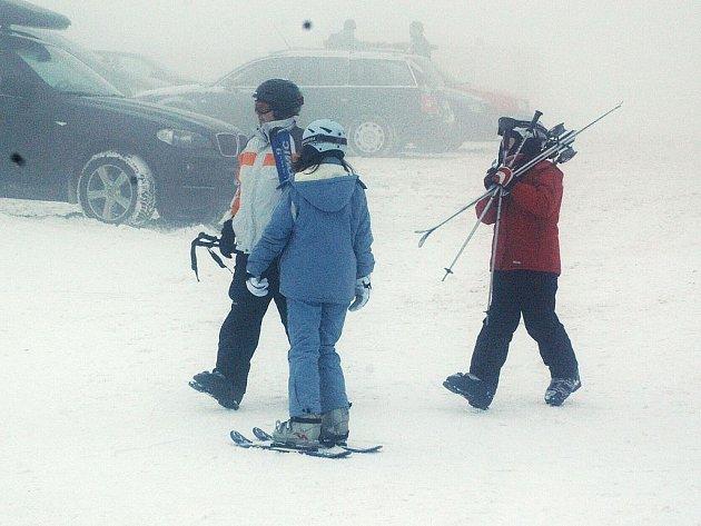 HORY LÁKAJÍ. I přes větrné počasí si lidé nezapomínají vychutnávat lyžařskou sezonu.