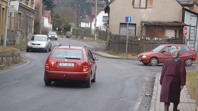 AUT PŘIBYLO. Po rozšíření hraničního přechodu v Potůčkách trápí Hroznětín nárůst silniční dopravy. Obchvat se však zatím nechystá.