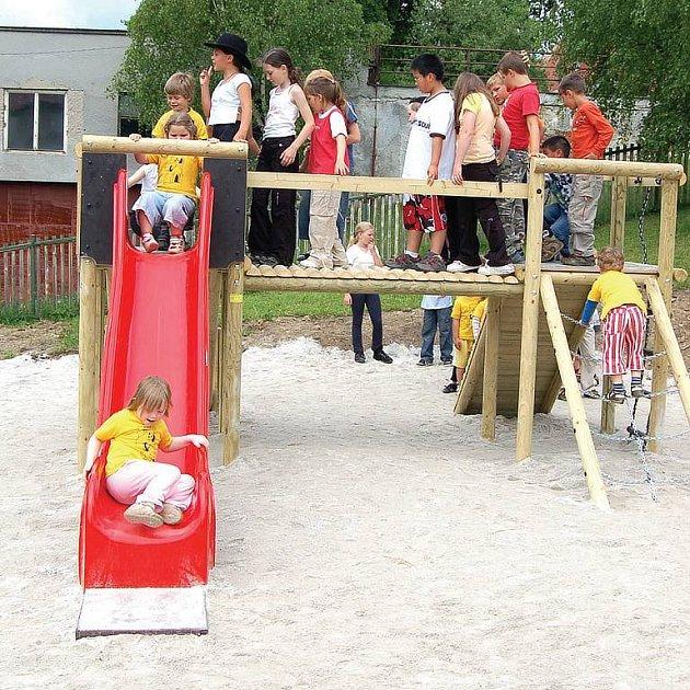 Hrad radosti. Perninské děti s chutí vyzkoušely novou atrakci na hřišti mateřské školy.