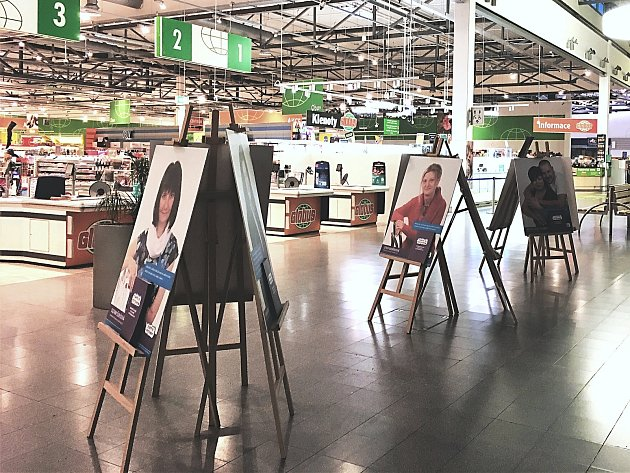 Výstava velkoformátových fotografií v galerii nákupního centra.