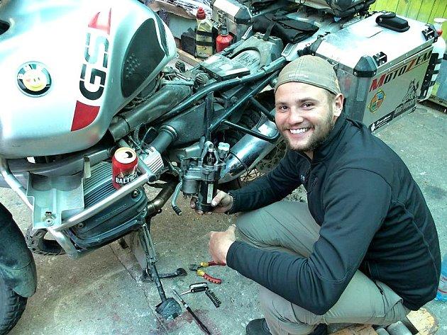 Honza je šťastný, že našel startér své motorky. Šťastnější ale byl, když jej tam vrátil vyčištěný a motorka startovala.