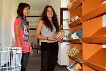 PRACOVNÍCI A STUDENTI stěhují do nové knihovny v Ostrově poslední knihy.