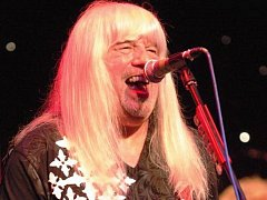 Poznáváte toho vlasáče? To je Andy Scott, frontman legendárních Sweet. V Lokti to rozbalí 14. července.