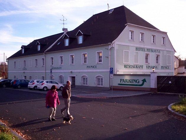 Hotel Myslivna v Ostrově, který chce koupit město.