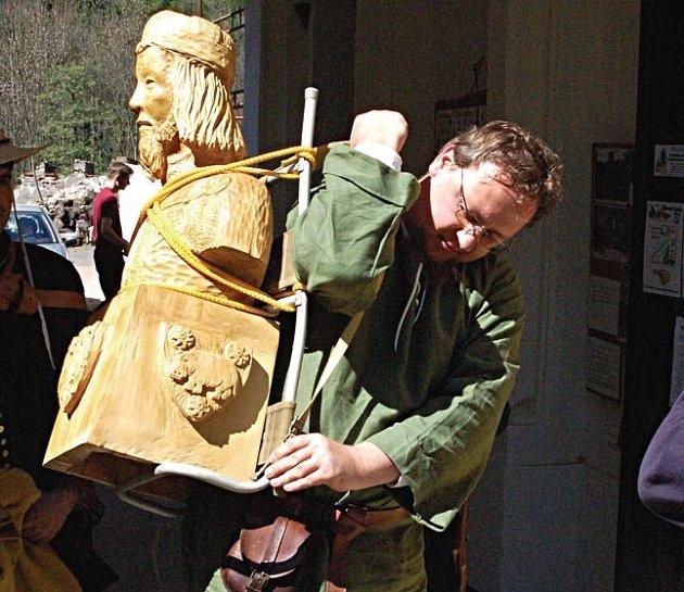 NESE MINCI. Socha svatého Václava je nejtěžším břemenem, se kterým se Hroch vydal na pouť. Mince tolik neváží...