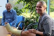 """Ani zlomenina zánártní kůstky a noha v """"gypsu"""" neodradila zastupitelku Markétu Wernerovou (ČSSD) od posledního jednání krajského zastupitelstva."""