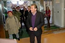 Karel Gott s Evou Urbanovou při návštěvě karlovarského magistrátu v roce 2009