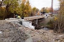 Dokončování mostu přes řeku Bystřici v Ostrově.
