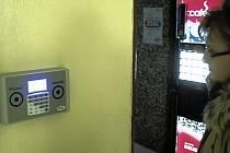 V karlovarské nemocnici se musí zaměstnanci při příchodu či odchodu registrovat pomocí čipové karty.