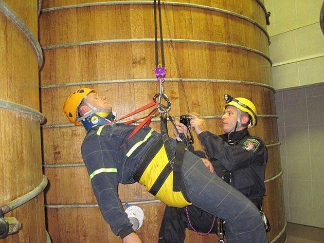 Prověřovací cvičení zaměřené na práci lezců – hasičů a karlovarských městských policistů, vycvičených pro záchranu osob pomocí lezeckého vybavení. Nácvik proběhl ve skladovacích prostorách Becherovky mezi velkými nádržemi.