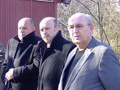 Josef Malý (vpravo) před časem doprovázel ministra Jehličku (vlevo) a hejtmana Novotného (uprostřed) na archeologické lokalitě hradiště Vladař u Žlutic.