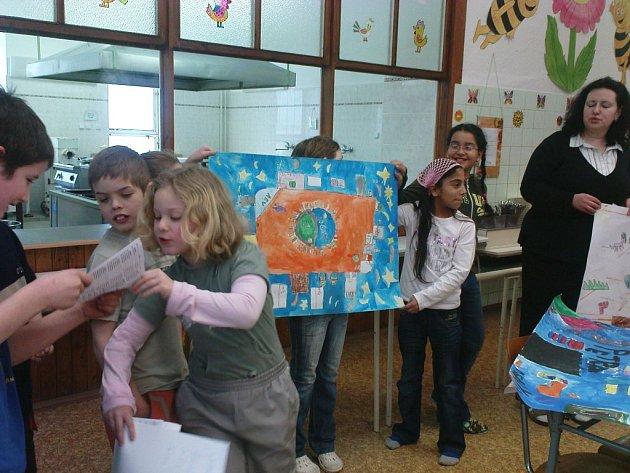 Děti 4. a 5. ročníku společně s třídní učitelkou vytvořily maketu ideální třídy.