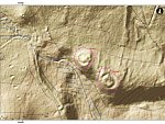 Na tomto místě uprostřed vojenského výcvikového prostoru v Doupovských horách objevili archeologové z loketského pracoviště dvě tvrziště. Jsou označena čísly. Na dalším snímku je digitální model povrchu, na němž jsou obě odhalená tvrziště patrná.