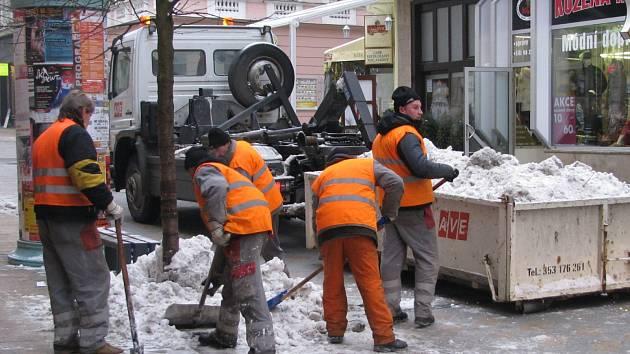 Končící radní v Nejdku na Karlovarsku schválili těsně po volbách kontroverzní tendr na úklid za půl miliardy korun. Ilustrační foto.