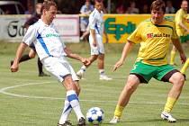 V dresu Real Top Praha se při loňském ročníku benefičního utkání objevil Karel Poborský (vlevo), zatímco v dresu Karlovarského výběru již tradičně nastoupil Jan Drahoš.