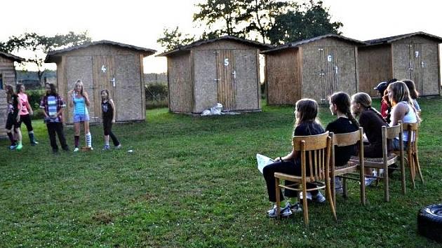 TÁBORNÍCI jsou nejčastěji ubytovaní v chatičkách, stanech s podsadou anebo v pokojích na ubytovnách či v penzionech.