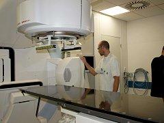 Lineární urychlovač v krajské nemocnici.