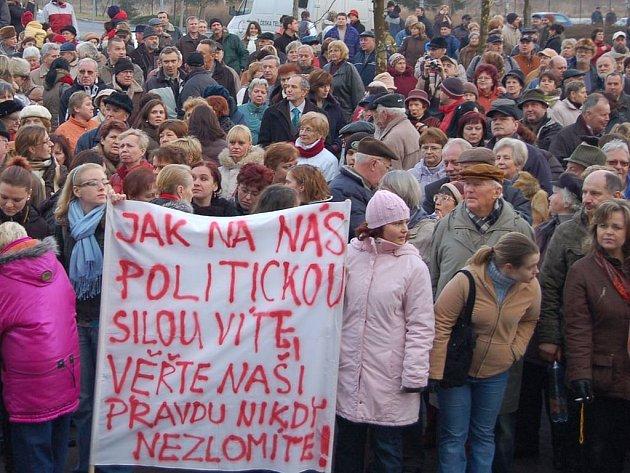Bod zlomu. Zájem o krajskou politiku projevili lidé především během takzvané krize v krajské nemocnici na přelomu loňského a letošního roku, kdy vyšli do ulic s transparenty.