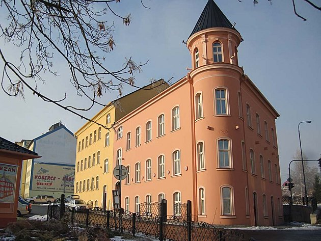 SÍDLO KLINIKY. Moje ambulance bude sídlit na křižovatce ulice kapitána Jaroše v tomto domě v areálu Zezan.