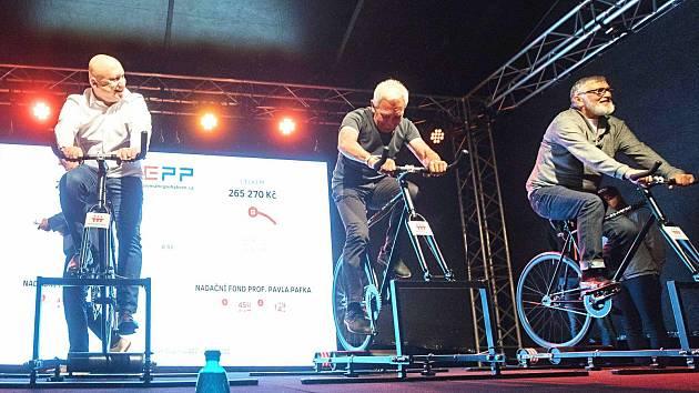 Na kola pro charitu usedli také D. Beneš, P. Pafko a J. Bartoška (zleva).