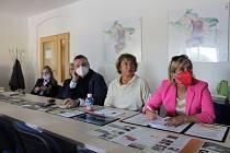 Jednání se účastnili místní aktivisté, obyčejní lidé, představitelé dotčených obcí i kandidáti do parlamentu.