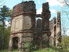 Z bývalého loveckého zámečku jsou už řadu let jen ruiny.