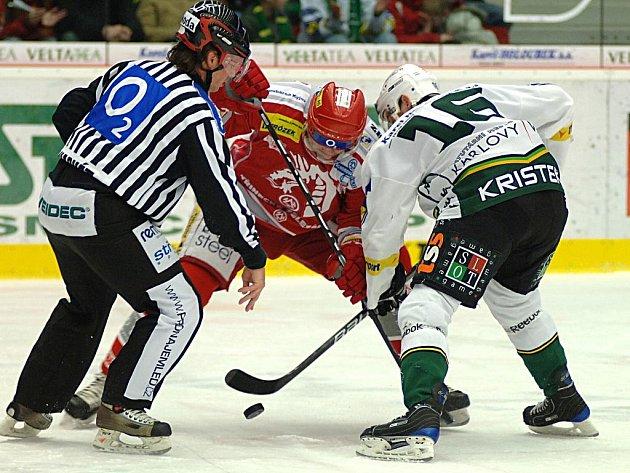 Utkání 33. kola O2 extraligy ledního hokeje mezi celky HC Energie Karlovy Vary a HC Oceláři Třinec