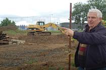 Nelegálně? Výstavba činžovních domů pokračuje i přes zákaz stavebního úřadu. Zdeněk Bečvář (na snímku) žasne. Navíc zde pracují cizinci bez pracovního povolení.