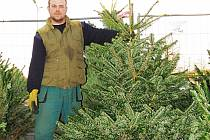 VÁNOČNÍ STROMKY prodává Lukáš Ondoučák (na snímku) s Janikem Rakem deset let. Teď právě v Karlových Varech. Nejvíce se prodávají jedličky, ale ani ostatní stromky nejsou pozadu.