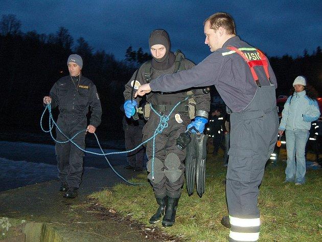 ZRÁDNÉ JEZY. Zatím poslední dvě oběti si řeka Ohře na Karlovarsku vyžádala v lednu v Radošově. Tehdy zde zahynuli dva vodáci z Chomutovska. Po mužích, kteří při sjíždění jezu vypadli z raftu, marně pátralo řadu dní několik policejních potápěčů.