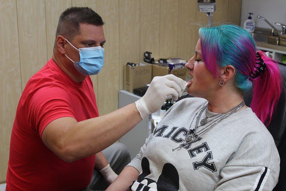 """Provozovatel tetovacího a piercingového studia Robert (na snímku) včera po dlouhé době také otevřel. """"Musím říci, že po 20 letech jsem si konečně odpočinul a nemůžu si tak na zavření kvůli koronaviru stěžovat. Věnoval jsem se rodině,"""" říká tatér. Pro něho"""