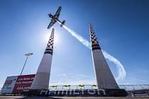 VZHŮRU DO NEBES. O víkendu odstartuje prvním závodem v Abú Zabí Red Bull Air Race 2019. Počtvrté v řadě za sebou u toho bude i karlovarský pilot Petr Kopfstein.