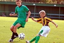 Nováček okresního fotbalového přeboru žáků KSNP Sedlec (v pruhovaném) vyšel i v šestém pokračování soutěže bodově naprázdno. Tentokrát na domácí půdě podlehl družstvu Kolové 1:7.