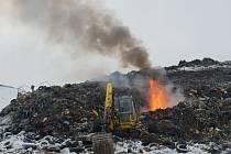 Hořící komunální odpad na skládce v Činově.