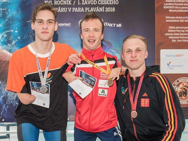 Na fotce jsou vítězové kategorie mužů, vlevo stříbrný Jonáš Kešnar, uprostřed celkový vítěz Pohárku Arnošt Petráček a vpravo bronzový Tadeáš Strašík.