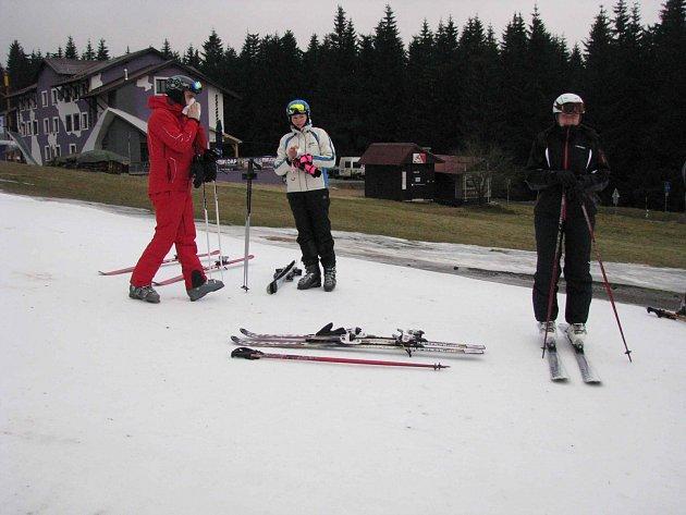 Zvláštně to vypadalo 24. prosince na Klínovci. Po sněhu ani památky, jenom dvě sjezdovky bíle zářily díky vrstvě technického sněhu. V krajině pod horami to vypadalo jako před příchodem jara. Teď se ale situace mění k lepšímu a zima patrně začala.