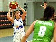 Basketbalistky karlovarské Lokomotivy (v bílém) si doma poradili SBŠ Ostrava v pomaru 71:44.