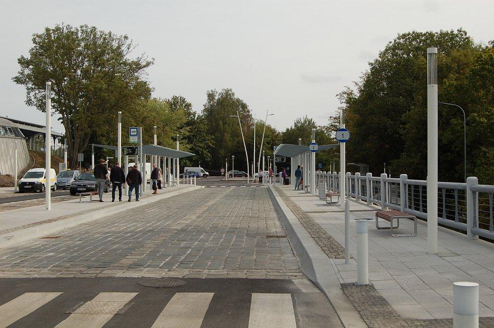 Pod Horním nádražím v Karlových Varech byl včera slavnostně otevřen nový dopravní terminál. Skončila tak revitalizace nádraží, které má i novou moderní budovu.