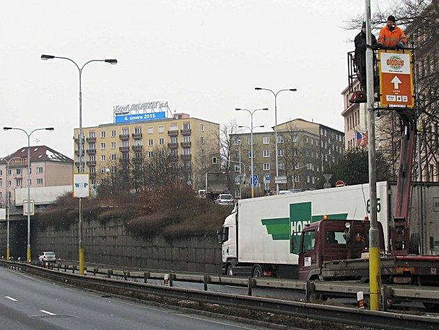 REKLAMNÍ POUTAČE už včera demontovali dělníci například na silničním průtahu procházejícím Karlovými Vary.