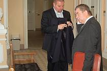 Někdejší náměstek hejtmana a současný mariánskolázeňský místostarosta Petr Horký (vpravo) stanul před soudem.