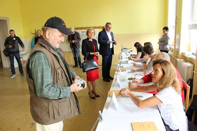 Do volební místnosti vKarlových Varech - Bohaticích se hrnuli voliči od otevření místnosti. Volit sem přišla ihejtmanka Jana Vildumetzová a ministr dopravy Dan Ťok.