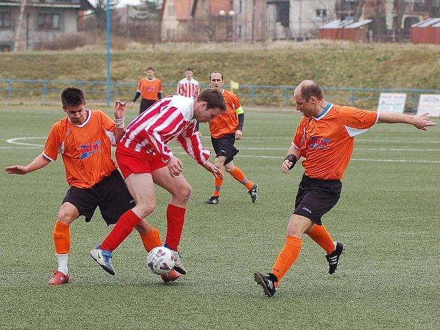 Starorolský Roman Voborský (vpravo) se v mistrovském utkání se Spartakem Chodov hodně snažil, ale přesto vyšel střelecky naprázdno. Nakonec se však radoval z výhry 2:0.