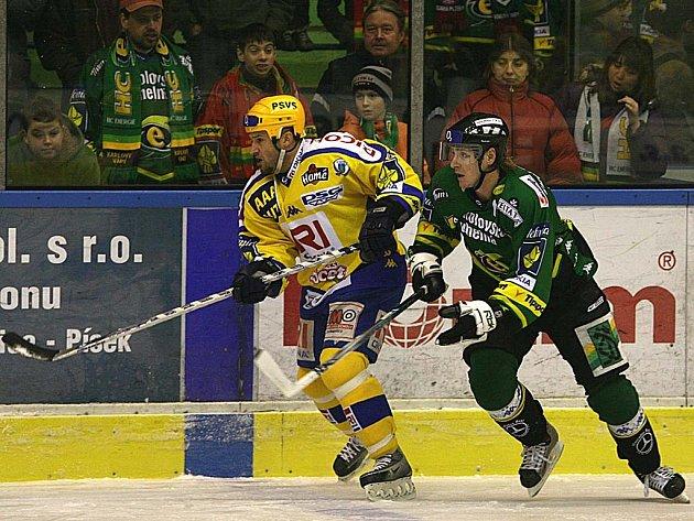 Jako lvi. Kapitán Energie Skuhravý (vpravo) a Hamrlík ze Zlína sváděli celý zápas nelítostné souboje. Na konci utkání se více radoval Václav Skuhravý, protože domácí Energie získala tři body.