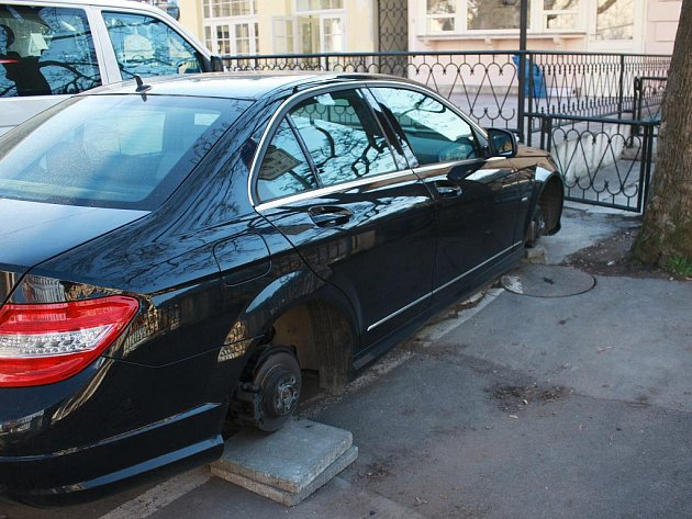 V karlovarské ulici Zámecký Vrch odcizil neznámý pachatel ze zaparkovaného Mercedesu C220 všechna kola.